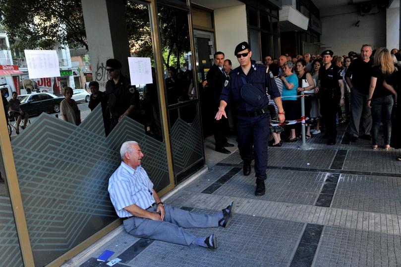 จิออร์โกส ชัตซิโฟติอาดิส ชายสูงวัยชาวกรีซ ทรุดตัวลงร้องไห้อย่างน่าเวทนาที่หน้าธนาคารแห่งหนึ่ง เมื่อวันที่ 3 ก.ค. ปี 2015 ในขณะที่ผู้สูงอายุวัยเกษียณนับร้อยต่างเข้าคิวรอถอนเงินคนละไม่เกิน 120 ยูโร ในช่วงที่รัฐบาลกรีซบังคับใช้มาตรการควบคุมเงินทุน