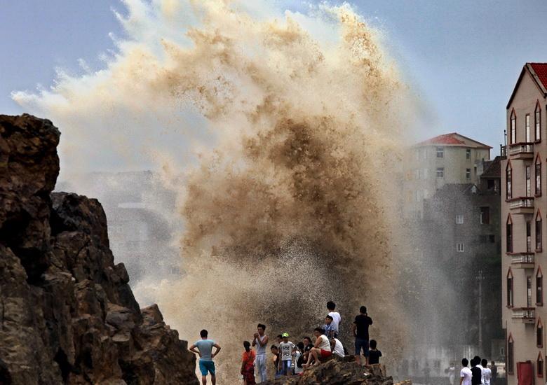 ชาวจีนในเมืองเหวินหลิง ทางตะวันออกของมณฑลเจ้อเจียง พากันยืนดูกระแสคลื่นที่ซัดกระหน่ำรุนแรง ในขณะที่ไต้ฝุ่นเซาเดโลร์พัดเข้าสู่จีนแผ่นดินใหญ่ เมื่อวันที่ 8 ส.ค. ปี 2015