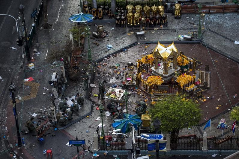 พนักงานสอบสวนเข้าตรวจสอบบริเวณศาลพระพรหมเอราวัณ กรุงเทพมหานคร หลังเกิดเหตุคนร้ายกดชนวนระเบิดแสวงเครื่องทีเอ็นทีเมื่อช่วงหัวค่ำของวันที่ 17 ส.ค. ปี 2015 จนทำให้นักท่องเที่ยวต่างชาติและชาวไทยที่สัญจรผ่านไปมาเสียชีวิตร่วม 30 คน