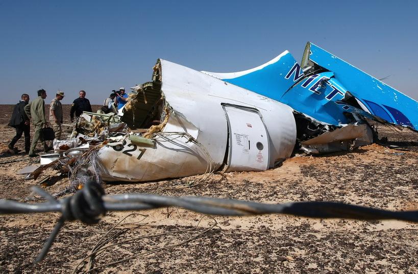 """วลาดิมีร์ พุชคอฟ รัฐมนตรีกระทรวงสถานการณ์ฉุกเฉินรัสเซีย เดินทางไปตรวจสอบซากเครื่องบินแอร์บัส A321 ของสายการบินโคกาลีมาเวีย หรือ """"เมโทรเจ็ต"""" ซึ่งถูกลอบวางระเบิดตกเหนือคาบสมุทรไซนายของอียิปต์ เมื่อวันที่ 31 ต.ค. จนเป็นเหตุให้ลูกเรือและผู้โดยสารรวม 224 คนเสียชีวิตทั้งหมด"""