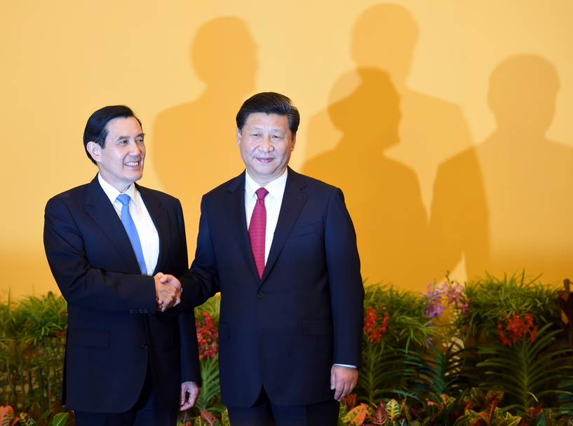ประธานาธิบดี สี่ จิ้นผิง ของจีนจับมือทักทายประธานาธิบดี หม่า อิงจิ่ว ของไต้หวัน ก่อนที่ผู้นำทั้งสองจะร่วมประชุมซัมมิตครั้งประวัติศาสตร์ ที่โรงแรม แชงกรี-ลา ในสิงคโปร์ เมื่อวันที่ 7 พ.ย. ปี 2015 นับเป็นการพบปะกันครั้งแรกของผู้นำทั้ง 2 ฝ่ายในรอบระยะเวลา 66 ปี