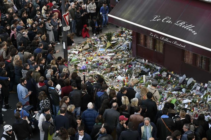 ชาวปารีสร่วมกันวางช่อดอกไม้ไว้อาลัยผู้เสียชีวิตที่หน้าภัตตาคาร เลอ การียง (Le Carillon) ซึ่งเป็นหนึ่งในสถานที่หลายแห่งที่ถูกนักรบอิสลามิสต์บุกกราดยิงเมื่อคืนวันที่ 13 พ.ย. ปี 2015 เหตุโจมตีพร้อมกันหลายจุดในกรุงปารีสทำให้มีผู้เสียชีวิตอย่างน้อย 129 ราย โดยกลุ่มติดอาวุธรัฐอิสลาม (ไอเอส) ได้อ้างความรับผิดชอบ