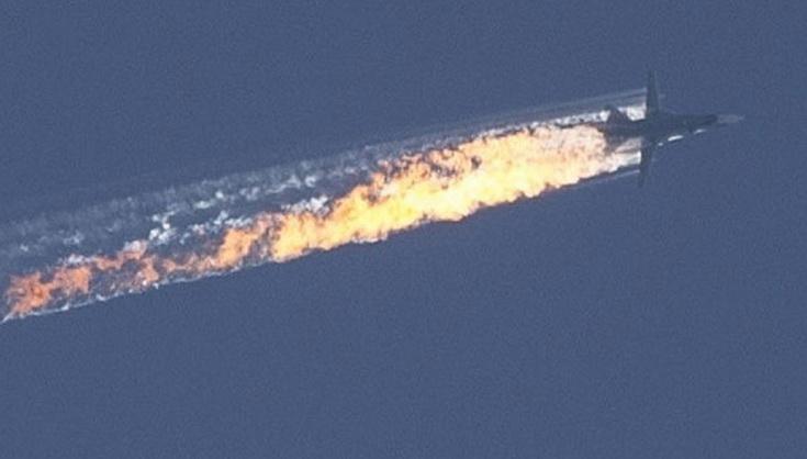 ภาพขณะเครื่องบินขับไล่ Su-24 ของรัสเซียถูกกองทัพอากาศตุรกียิงจนเกิดเพลิงลุกไหม้ และร่วงลงสู่ภูเขาลูกหนึ่งในเขตแดนของซีเรีย เมื่อวันที่ 24 พ.ย.