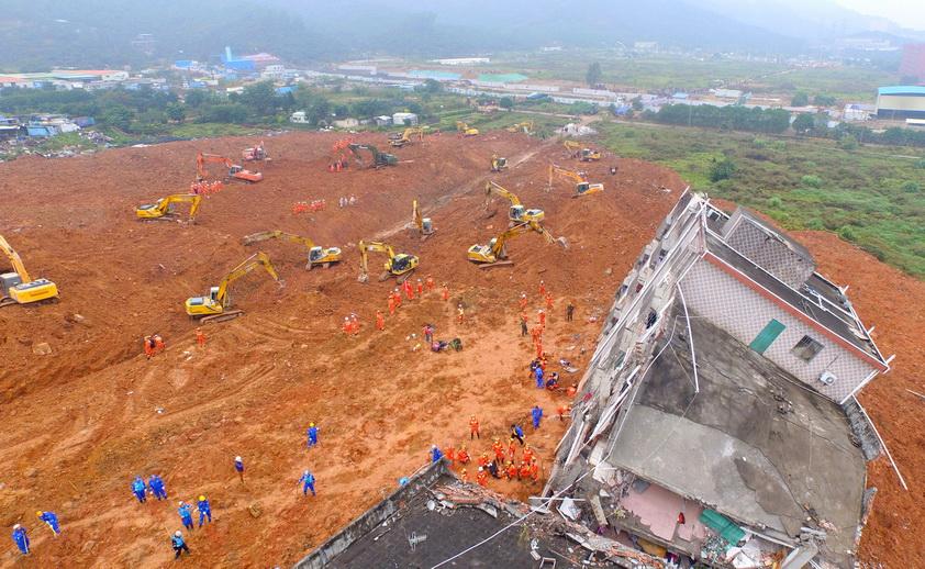 หน่วยกู้ภัยจีนกำลังเร่งทำงานแข่งกับเวลา เพื่อค้นหาผู้สูญหายจากอุบัติเหตุดินถล่มที่นิคมอุตสาหกรรมในนครเซินเจิ้น มณฑลกว่างตงของจีน เมื่อวันที่ 21 ธ.ค. ปี 2015