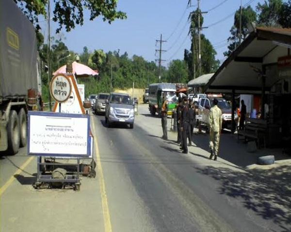 ตร.-ทหารตรวจเข้มแรงงานต่างด้าวโดยสารรถตู้ หวั่นฉวยจังหวะปีใหม่ลอบเข้าปท.