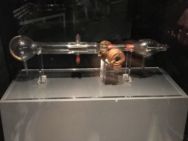 หลอดแคโทดของ เจ เจ ทอมป์สันที่ทำให้พบอิเล็กตรอน