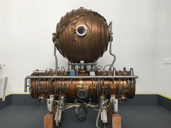 เครื่อง LEP Collider Accelerating Cavity ตั้งตระหง่านเป็นสัญลักษณ์อยู่ที่บริเวณทางเข้า