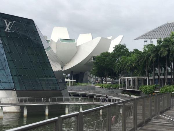 พิพิธภัณฑ์อยู่ใกล้กับร้านหลุยส์ วิคตอง สาขา Marina Bay Sand สามารถสังเกตได้ง่าย