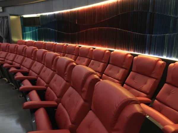 ในห้องฉายดาวรองรับได้ 280 ที่นั่ง โดยเก้าอี้ทั้งหมดถูกเปลี่ยนใหม่ให้มีสีสันสดใส