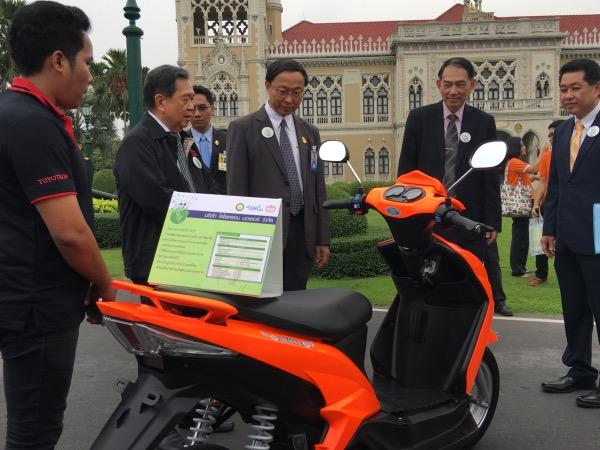 ดร.พิเชฐ ดุรงคเวโรจน์ รัฐมนตรีว่าการกระทรวงวิทยาศาสตร์และเทคโนโลยี ร่วมชมยานยนต์ไฟฟ้า