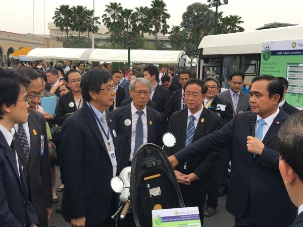นายกรัฐมนตรีฯ เดินชมยานยนต์ไฟฟ้าผลงานความร่วมมือระหว่าง สวทช.และหน่วยงานเอกชน หน้าตึกไทยคู่ฟ้า ทำเนียบรัฐบาล