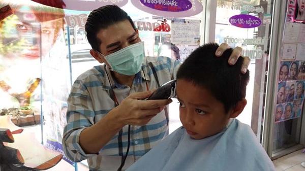 เจ้าของร้านตัดผมเมืองระยองตัดผมฟรีให้เด็กเนื่องในวันเด็กแห่งชาติ