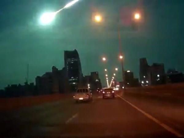 ภาพลูกไฟที่ปรากฏเหนือฟ้าเมืองไทยเมื่อ 2 พ.ย.58 จากคลิปยูทิวบ์โดยผู้ใช้ชื่อ Saran Pol
