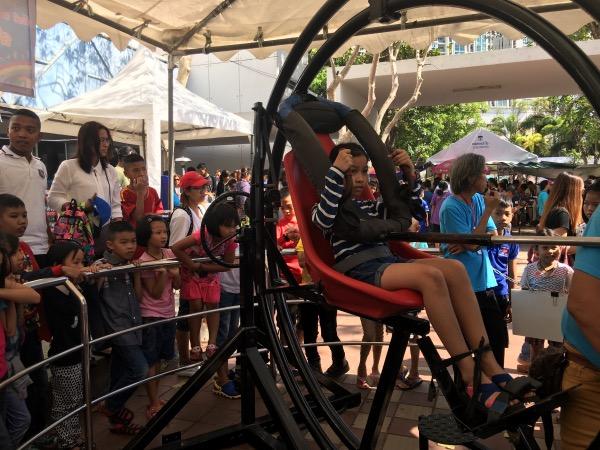 เครื่องหมุนรอบทิศทางจำลองการอยู่ในสภาวะไร้น้ำหนักได้นับความสนใจจากเด็กๆมาก