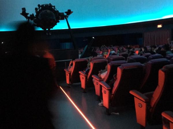 ภายในห้องฉายดาวบรรจุผู้ชมจนเต็ม 280 ที่นั่งทั้งสิบรอบ