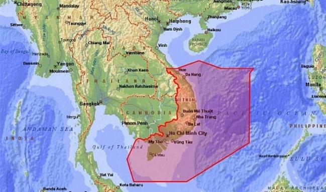 <br><FONT color=#000033>พื้นที่ในกรอบสีแดงในภาพคือพื้นที่ที่ครอบคลุมอาณาเขตแถลงข่าวการบินของนครโฮจิมินห์ ซึ่งกรมการบินพลเรือนเวียดนามระบุว่าพบเที่ยวบินจีนที่ไม่มีการแจ้งให้ทราบผ่านน่านฟ้าของเวียดนามไปยังแนวปะการังพิพาทในทะเลจีนใต้ซึ่งถือเป็นการกระทำที่คุกคามความปลอดภัยทางอากาศในภูมิภาค. -- ภาพ : Tuoi Tre News.</font></b>