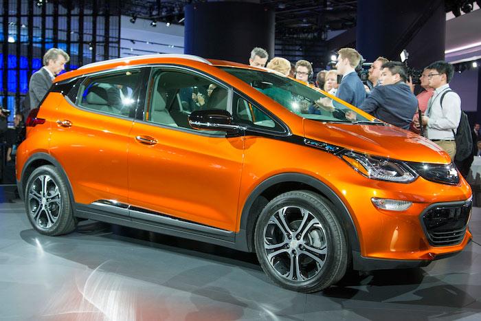 Chevrolet กระโดดเข้าสู่ตลาด Pure EV เต็มตัวกับผลผลิตใหม่อย่าง Bolt ซึ่งมากับตัวถังแฮทช์แบ็ก 5 ประตู พร้อมแบตเตอรี่แบบลิเธียม-ไอออนขนาด 60 kWh พร้อมมอเตอร์ไฟฟ้าระดับ 200 แรงม้า โดยแล่นทำระยะทางต่อการชาร์จ 1 ครั้งได้ 321 กิโลเมตร โดยที่ตัวรถมีอัตราเร่ง 0-96 กิโลเมตร/ชั่วโมง ต่ำกว่า 7 วินาที