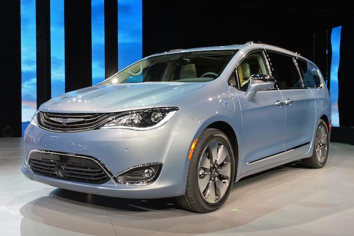 Chrysler เปิดตลาดรถยนต์ MPV ด้วยทางเลือกใหม่โดยเปลี่ยนชื่อจาก Town&Country มาเป็น Pacific มีให้เลือกทั้งแบบธรรมดา และเวอร์ชันไฮบริดที่มาพร้อมกับการจับคู่ระหว่างเครื่องยนต์เบนซินวี6 3,600 ซีซี กับมอเตอร์ไฟฟ้า ซึ่งผลิตกำลังรวมกันได้ 287 แรงม้า และสามารถเสียบปลั๊กชาร์จกระแสไฟฟ้าได้ด้วย
