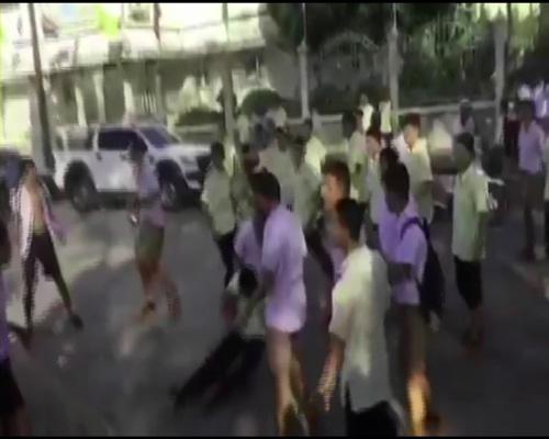 ศึกศักดิ์ศรี! นักเรียนนักเลงจันท์ยกพวกตะลุมบอนหน้าสถานศึกษา