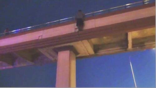 หนุ่มคลั่ง ! ภรรยาไม่คุยด้วย กินเหล้าเมา หวังกระโดดสะพานฆ่าตัวตาย