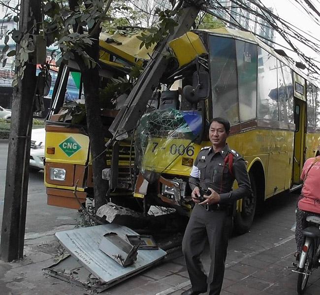 หวิดสยอง! รถเมล์สาย 7 พวงมาลัยพัง เบรกแตกหวิดชนชาวบ้านยืนรอรถ