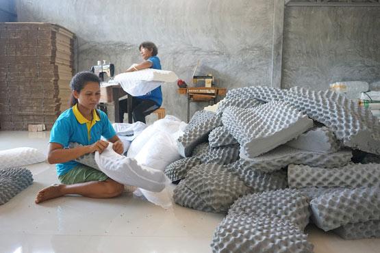 ชาวบ้านจากสหกรณ์การเกษตรบ้านแพรกหา อ.คนวนขนุน จ.พัทลุง พลิกวิกฤตเป็นโอกาส แปรรูปผลิตภัณฑ์ หมอนยางพารา เพิ่มรายได้ช่องทางใหม่