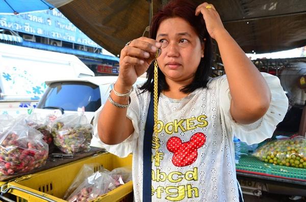 เศรษฐกิจแย่! โจรอาละวาดกระซากสร้อยพ่อค้ามะขามเทศในตลาดอ่างทอง