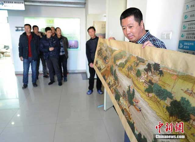 คนงานเหมืองจีนปักภาพชิงหมิงสองฝั่งนทีบนผ้า หาเงินรักษาโรคปอด