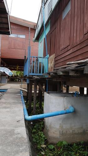ชุมชนริมน้ำ ระบบน้ำทิ้ง จากห้องน้ำจะถูกดูดกลับไปบำบัดเพื่อไม่ให้มีการปล่อยลงแม่น้ำเจ้าพระยา