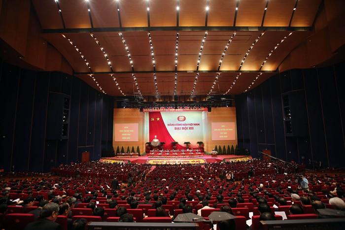 <br><FONT color=#000033>ภาพมุมกว้างเผยให้เห็นคณะผู้แทนเข้าร่วมพิธีเปิดการประชุมสมัชชาใหญ่พรรคคอมมิวนิสต์เวียดนาม สมัยที่ 12 ในกรุงฮานอย วันที่ 21 ม.ค. -- Agence France-Presse/Pool.</font></b>