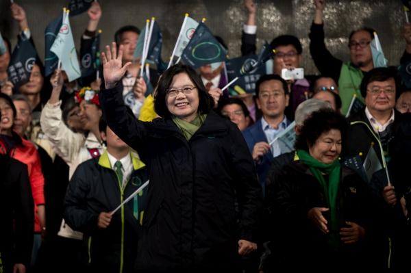 นางไช่ อิงเหวิน จากพรรคประชาธิปไตยก้าวหน้า โบกมือฉลองชัยชนะศึกเลือกตั้งประธานาธิบดี ในกรุงไทเป วันที่ 16 ม.ค. 2559 (ภาพ เอเอฟพี)