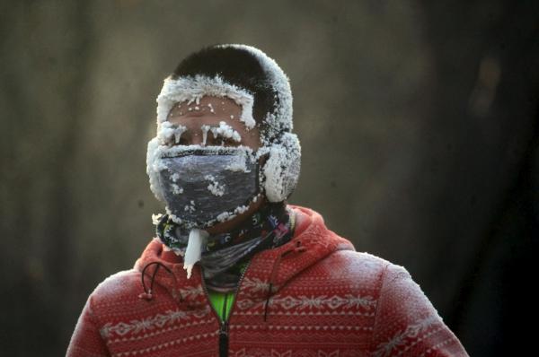 ชายชาวจีนวิ่งอยู่ท่ามกลางอากาศหนาวติดลบในเมืองเสิ่นหยัง มณฑลเหลียวหนิง (23 ม.ค. 2559/ ภาพ รอยเตอร์ส)