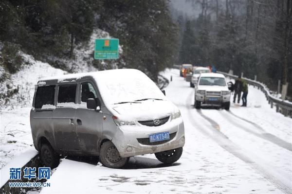 รถตู้ไถลตกร่องข้างทางเพราะถนนลื่นในนครจวินอี้ มณฑลกุ้ยโจว (23 ม.ค. 2559/ ภาพ ซินหวา)