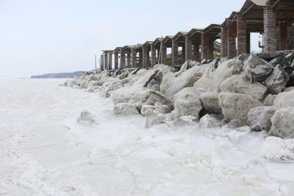 น้ำทะเลที่กลายเป็นน้ำแข็งริมชายฝั่งเมืองต้าเหลียน มณฑลเหลียวหนิง (23 ม.ค. 2559/ ภาพ เอเอฟพี)
