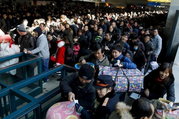 ประชาชนจำนวนมากต่อแถวรอขึ้นรถไฟภายในสถานีรถไฟปักกิ่งตะวันตก (24 ม.ค. 2559/ ภาพ รอยเตอร์ส)