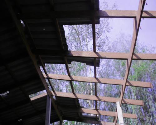 ลมแรงพัดกระเบื้องหลังคาชาวบ้านจันทบุรี ได้รับความเสียหาย