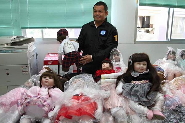 """ตร.ยึด """"ตุ๊กตาลูกเทพ"""" หนีภาษี ย่านวังบูรพา-บางแค พบลงอักขระราคาพุ่ง 5,000 บาท"""