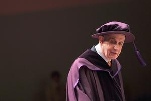 แนชขณะเข้ารับปริญญาดุษฎีบัณฑิตจากมหาวิทยาลัยซิตีฮ่องกง เมื่อ 8 พ.ย.2011 (AFP PHOTO / AARON TAM/FILES)