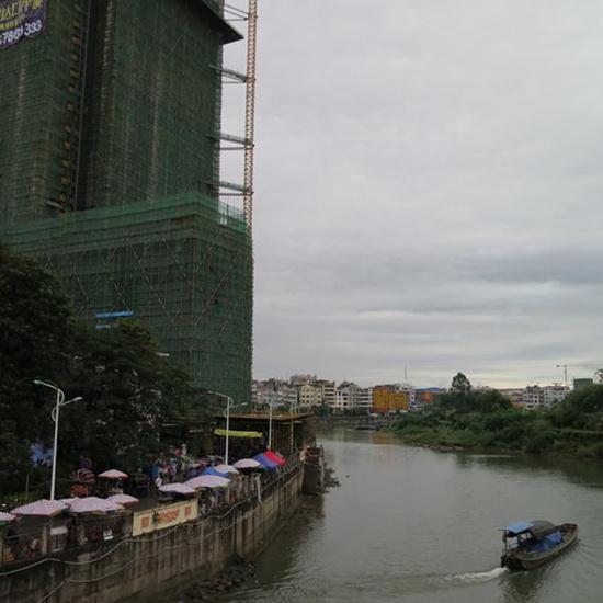ด่านตงซิงในมณฑลก่วงซี นับเป็นเส้นทางที่สะดวกในการส่งสินค้าไปยังเวียดนามและกลุ่มประเทศอาเซียน ภาพเมื่อวันที่ 5 ธ.ค. 2558 (ภาพ MGR ONLINE)