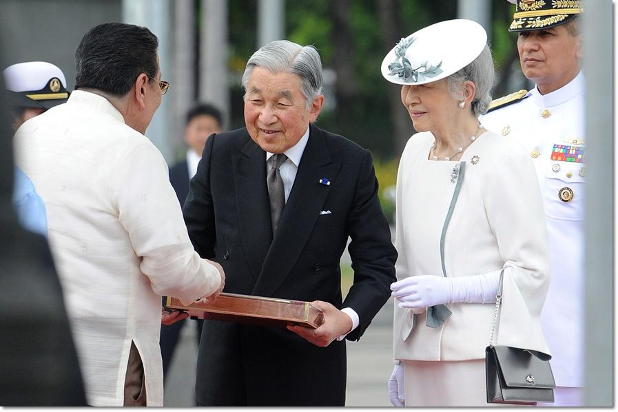 """In Pics :""""สมเด็จพระจักรพรรดิอะกิฮิโตะ"""" ชื่นมื่นกับผู้นำฟิลิปปินส์ ทั้งเรื่อง""""ยูนิโคล่-จราจร-รถญี่ปุ่น"""" ท่ามกลางกลุ่มหญิงคลายอารมณ์ปักหลักประท้วง ก่อนเยือนสุสานสงครามโลกครั้งที่ 2"""