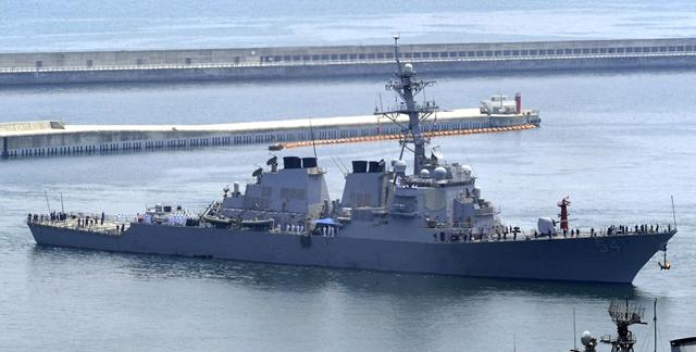 <i>ภาพจากแฟ้มถ่ายเมื่อวันที่ 4 มิถุนายน 2010 ขณะ เรือยูเอสเอส เคอร์ติส วิลเบอร์ แล่นไปถึงฐานทัพเรือในเมืองปูซาน, เกาหลีใต้ ระหว่างการฝึกซ้อมร่วมของเกาหลีใต้-สหรัฐฯ  ทั้งนี้โฆษกเพนตากอนแถลงว่า เรือพิฆาตติดขีปนาวุธนำวิถีของอเมริกาลำนี้ ได้แล่นผ่านเขตน่านน้ำ 12 ไมล์ทะเลของเกาะไทรทัน ในหมู่เกาะพาราเซล ของทะเลจีนใต้ เมื่อวันเสาร์ (30 ม.ค.) ขณะที่ทางการจีนก็ออกมาประท้วงประณามอย่างรุนแรง </i>