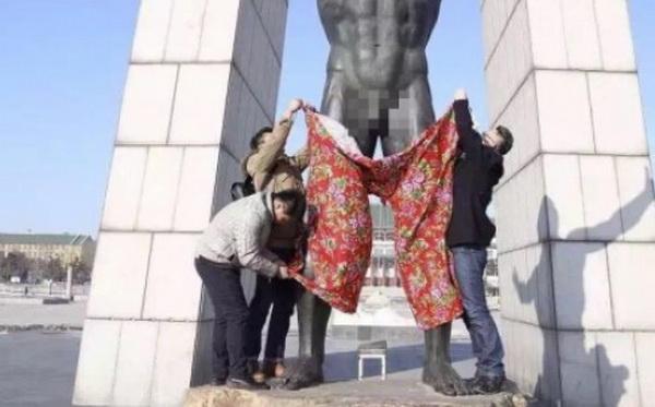 """ทำไปได้! ดีไซน์เนอร์จีนสวมกางเกงลายดอกให้รูปปั้น """"ชายเปลือย"""" (ชมภาพ)"""