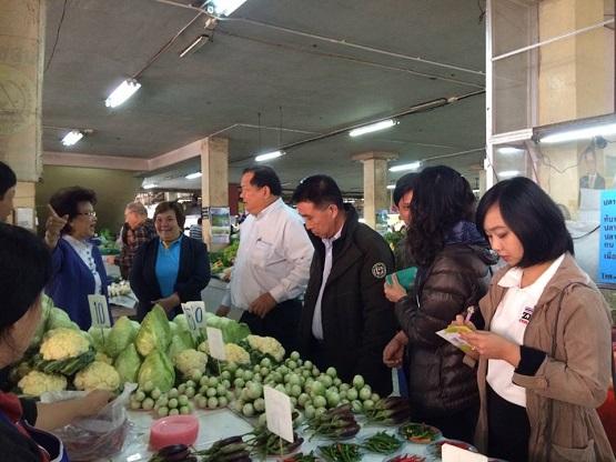"""""""พาณิชย์"""" ลงพื้นที่ตรวจสินค้ารับตรุษจีน พบส่วนใหญ่ราคาทรงตัว ทั้งหมู ไก่ แต่ผัก ส้ม ราคาขึ้นเล็กน้อย"""