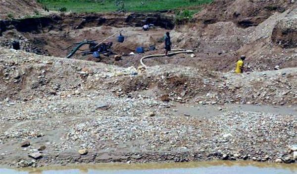 <br><FONT color=#00003>ภาพเมื่อปี 2549 ซึ่งสื่อออนไลน์ในเวียดนาม ระบุว่าเป็นคนเวียดนามข้ามไปทำเหมืองทองในอัตตะปือ.  </b>