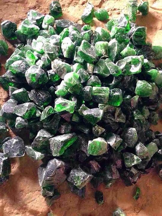 <br><FONT color=#000033>หินสีเขียวล้ำค่าไม่ทราบชนิด ภาพนี้เผยแพร่ในเว็บไซต์ของชาวลาว ในช่วงที่รัฐบาลสั่งยกเลิกสัมปทานเหมืองหินอ่อนในอัตตะปือทั้งหมด. </b>