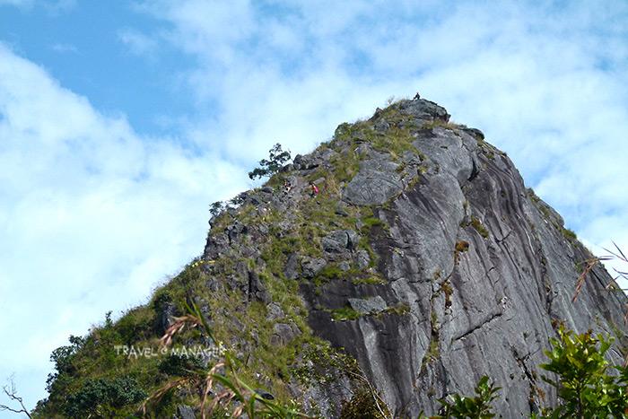 ยอดสูงสุดดอยหนอก ต้องปีนป่ายขึ้นไปเป็นผู้พิชิต(สังเกตชายเสื้อส้มกำลังปีนป่ายขึ้นไป ขณะที่บนยอดมีผู้พิชิตขึ้นไปยืนอยู่บนนั้นแล้ว)