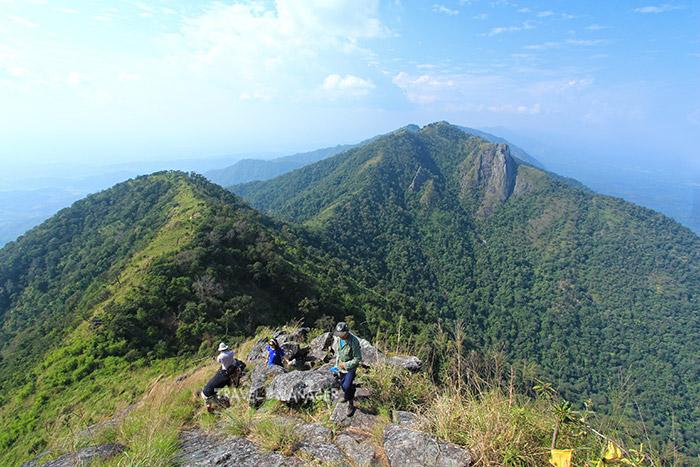 วิวทิวทัศน์แนวเทือกเขาบริเวณยอดดอยหนอก