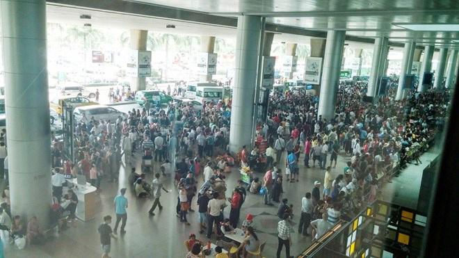 สนามบินโฮจิมินห์วิกฤติ คนแห่ใช้บริการวันละแสนวันเดียวดีเลย์ 77 ไฟลต์