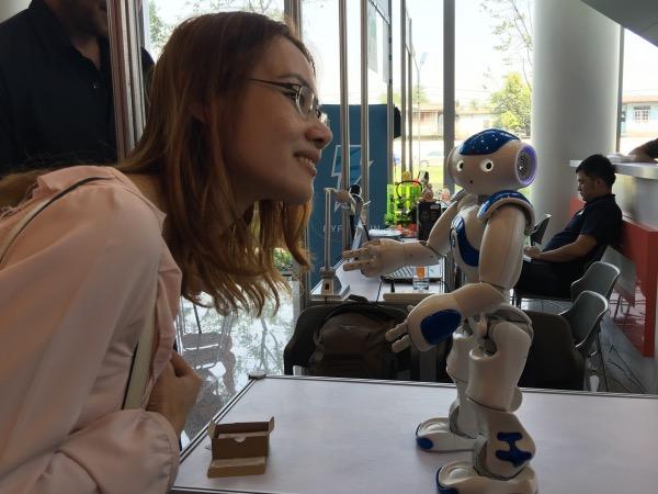 หุ่นยนต์ฮิวมานอยด์สั่งการเซลฟี่ได้