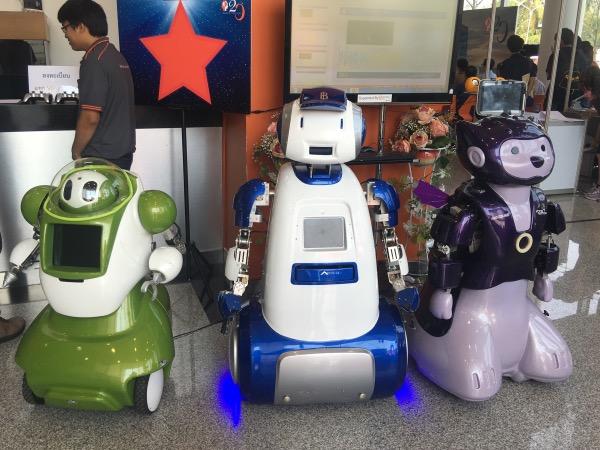 น้องส้มโอ, น้องแบงค์ และน้องมันแกว หุ่นยนต์ประชาสัมพันธ์ ส่วนน้องแบงค์ (ตัวกลาง) มีความสามารถพิเศษตรวจธนบัตรปลอมได้